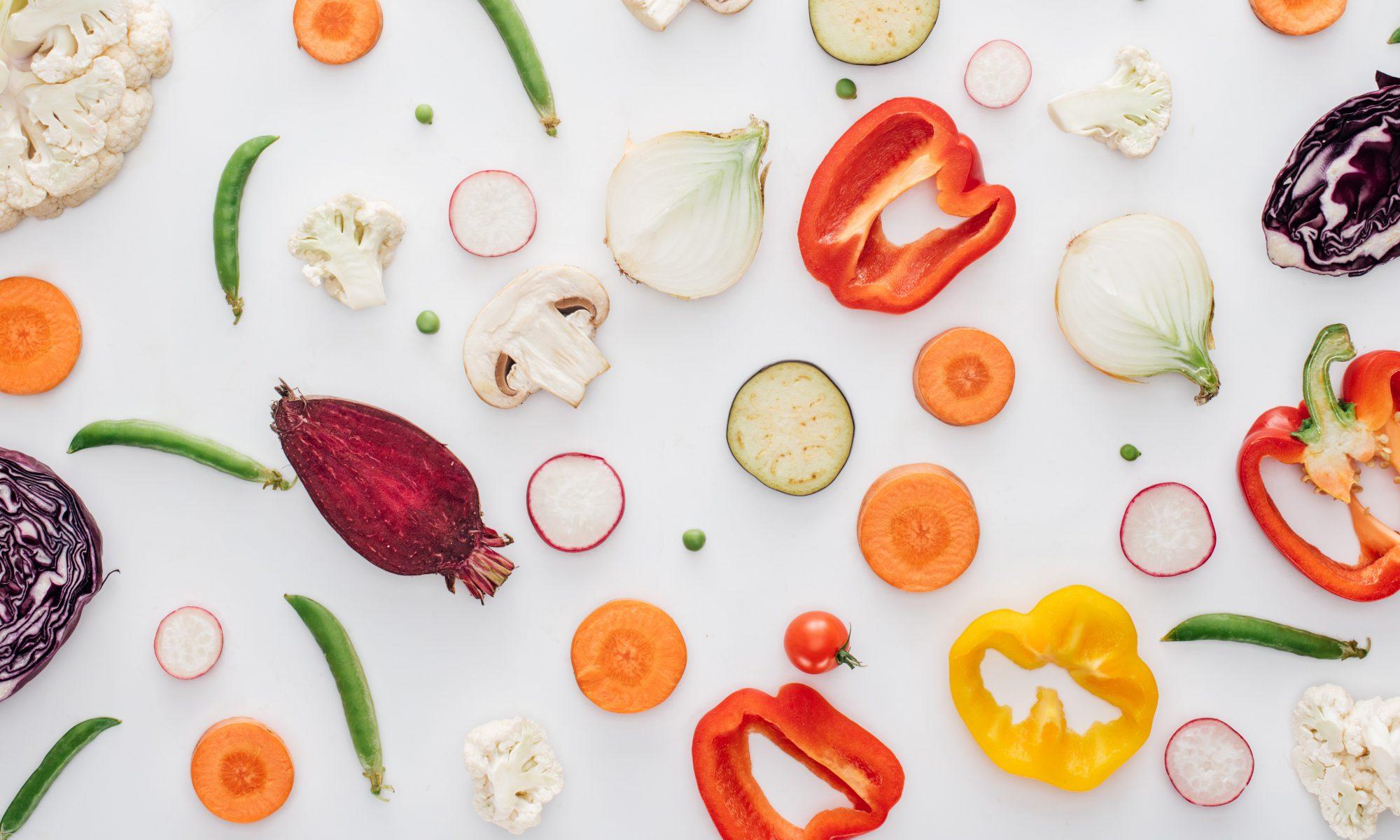 Keine Angst vor Gemüse - Scheiben von diversen Gemüsesorten auf weißem Hintergrund